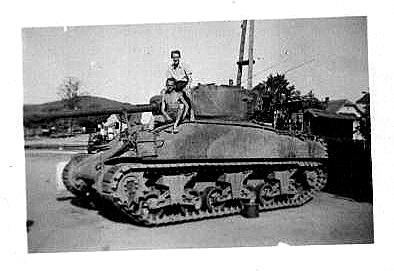 Americký tank nanávsi veVolduchách obsazený dětmi