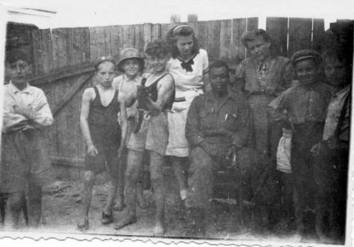 skupina dětí samerickým vojákem, pravděpodobně nadvoře uZikmundů